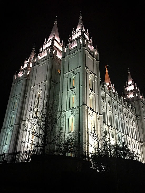 A really stunning picture of what I believe to be one of the most beautiful buildings in America. The Mormon Temple. Even though I am not Mormon, it is a such an amazing piece of architecture.